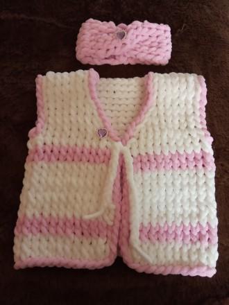 Вязаный набор на малышку до 1,5 года, жилет и повязочка. Выполнен из мягкой, гип. Нежин, Черниговская область. фото 3