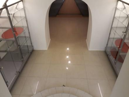Состоит из 3-х  торговых залов и отдельным кабинетом . Метраж 89 метров,  с обор. Приморский, Одесса, Одесская область. фото 8