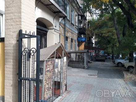Состоит из 3-х  торговых залов и отдельным кабинетом . Метраж 89 метров,  с обор. Приморский, Одесса, Одесская область. фото 1