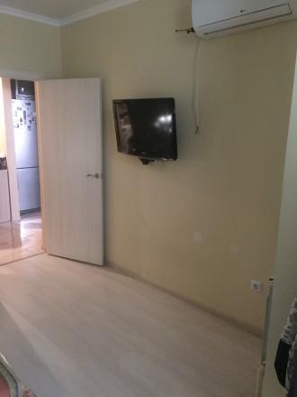 Квартира на первом этаже, но высоком над цоколем. На кухне положена плитка, встр. Ірпінь, Київська область. фото 8
