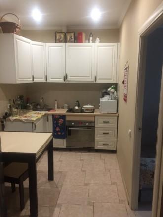 Квартира на первом этаже, но высоком над цоколем. На кухне положена плитка, встр. Ірпінь, Київська область. фото 7