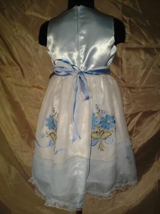Нарядное платье на девочку в двух размерах с машинной вышивкой. Юбка двухслойная. Одесса, Одесская область. фото 3