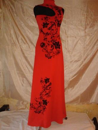 Очень красивое длинное платье красного цвета с черным объемным бархатным рисунко. Одесса, Одесская область. фото 2