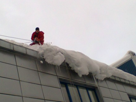 Мы оказываем профессиональные услуги по очистке крыш от снега и сосулек.  Уборк. Киев, Киевская область. фото 4