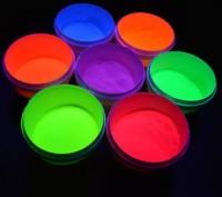 Флуоресцентная краска, светящаяся под ультрафиолетом.  При обычном освещении и. Киево-Святошинский, Киевская область. фото 2