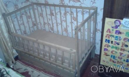Дитяче дерев'яне ліжечко з шухлядами знизу, гойдається, відкривається передня ча. Бердичев, Житомирская область. фото 1