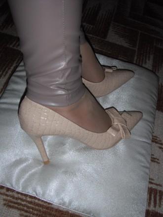 Роскошные туфли-лодочки под крокодиловую кожу беж и черные 35, 36, 37 размеры. Тальное. фото 1