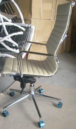 Кресло офисное, средняя спинка, сидение из прошитого кожзама, кресло вращается и. Киев, Киевская область. фото 3