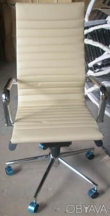 Кресло офисное, средняя спинка, сидение из прошитого кожзама, кресло вращается и. Киев, Киевская область. фото 1