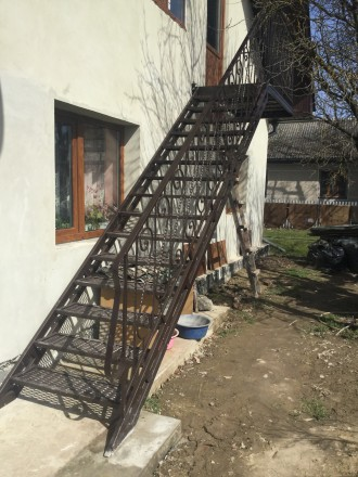 Сходи металеві та дерев'яні комбіновані ковані перила. Надворная. фото 1