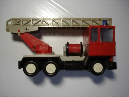 Пожарная машина, игрушка, эпохи СССР, в рабочем состоянии. Киев. фото 1
