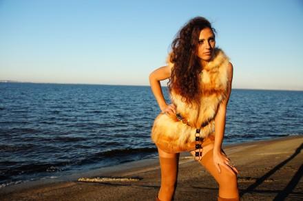 Красивенный натуральный жилет с капюшоном мех лисы супер оригинальная вещь. Кременчуг. фото 1