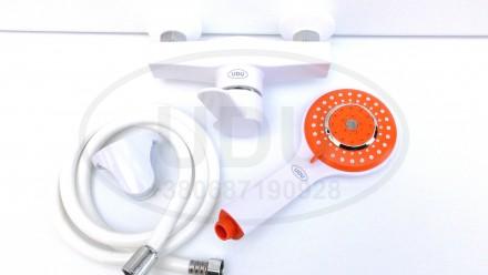 Белый смеситель для душа фирмы UDU пластиковый, оранжевая лейка. Днепр. фото 1