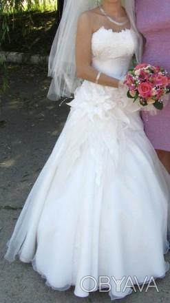 Свадебное платье цвет шапмань. С красивым цветком на боку. Размер S на невысокий. Кропивницкий, Кировоградская область. фото 1