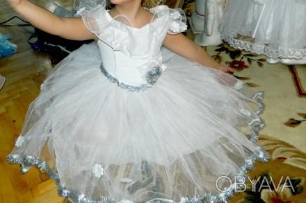Нарядное платье на девочку 6-8 лет .