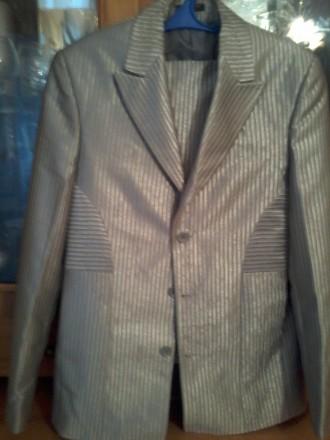 Приталенный, стального цвета, летний вариант, купленный на выпускной вечер, одет. Еланец, Николаевская область. фото 5