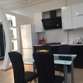 Отпразднуйте Новый Год в стильной двухкомнатной квартире в самом Центре Одессы. Одесса. фото 1