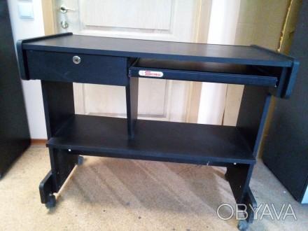 Компьютерный стол черный, с выдвигающейся полкой для клавиатуры, с выдвижным ящи. Днепр, Днепропетровская область. фото 1