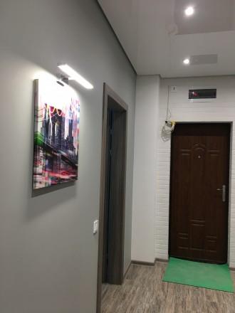 Укомплектована квартира з дизайнерським ремонтом, є усі необхідні меблі та побут. Автовокзал, Ровно, Ровненская область. фото 17
