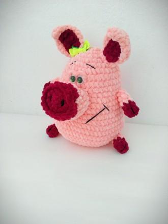 Вязаная плюшевая игрушка Свинка ручной работы 26 см.. Славута. фото 1