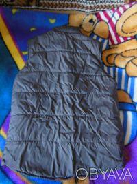 Теплая жилетка для мальчика на пуху.Есть следы носки.Длина 57 см, ширина под рук. Киев, Киевская область. фото 3