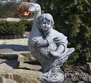 Садовая фигура Мальчик с гусем – качественная скульптура мальчика, который сидит. Хмельницкий, Хмельницкая область. фото 1