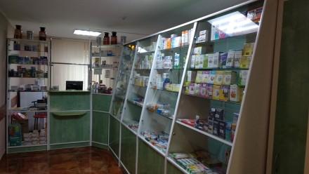 Продается мебель для аптеки, б/у в хорошем  состоянии. Витрина 1,8х3,4м. 3 шкафа. Киев, Киевская область. фото 2