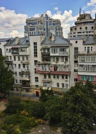 Отличные место расположения и вид из окон. В отличие от состояния - оно аскетичн. Печерск, Киев, Киевская область. фото 4
