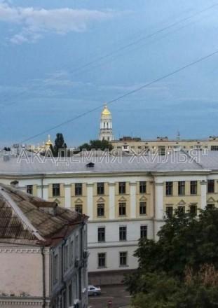 Отличные место расположения и вид из окон. В отличие от состояния - оно аскетичн. Печерск, Киев, Киевская область. фото 2