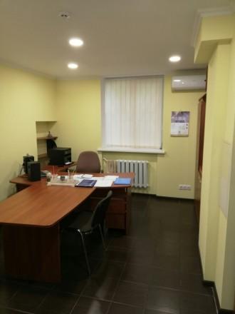Сдам офис на цокольном этаже  ·      расположение офиса - выходит на красную ли. Центр, Днепр, Днепропетровская область. фото 2