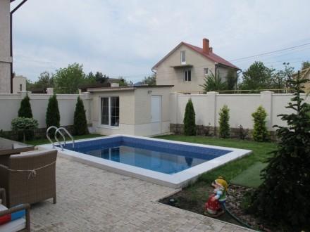 Стильный дом с бассейном в элитном коттеджном поселке