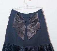 очень красивая нарядная юбка черного цвета стрейчевая, с большим атласным бантом. Энергодар, Запорожская область. фото 2