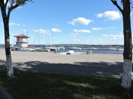 Теннисный корт расположен в городском яхт-клубе на самом берегу Днепра. Комфортн. Запорожье, Запорожская область. фото 3