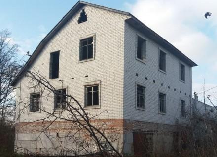 Дом 3-х этажный, 2007-го года постройки. Кирпичный, есть перекрытия, крыша. На  . Чернигов, Черниговская область. фото 3