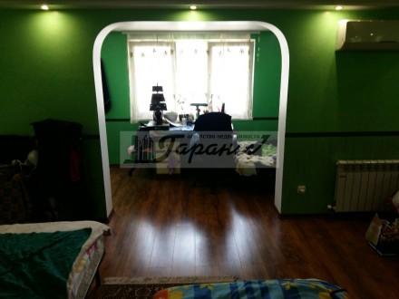 Квартира на земле, двухуровневая. Расположена на ул. Бреуса. 1 уровень - кухня (. Малиновский, Одесса, Одесская область. фото 2