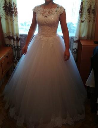 Весільна сукня білого кольору Містить блискучі елементи ,що дозволяють сукні зл. Львов, Львовская область. фото 4