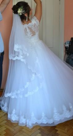 Весільна сукня білого кольору Містить блискучі елементи ,що дозволяють сукні зл. Львов, Львовская область. фото 3