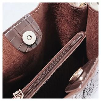 Сумка изготовлена из искусственной кожи, застегивается на кнопку Внутри два отде. Запорожье, Запорожская область. фото 7