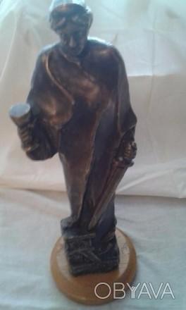 статуэтка бронз.на дерев.подставке,40 см. высота