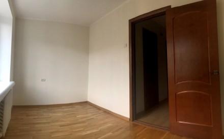 Уникальный пятиэтажный кирпичный дом с толстыми стенами, возводился в 1979 году . Бобровица, Чернигов, Черниговская область. фото 4