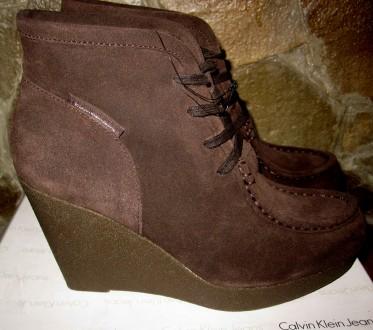 Замшевые ботинки Calvin Klein,раз 40 ,темно-коричневые,серые ,танкетка 2-10см. Харьков. фото 1