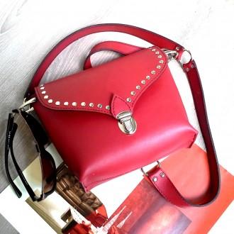 Красная сумка кроссбоди сделана из натуральной кожи , декорирована металлическим. Одесса, Одесская область. фото 4
