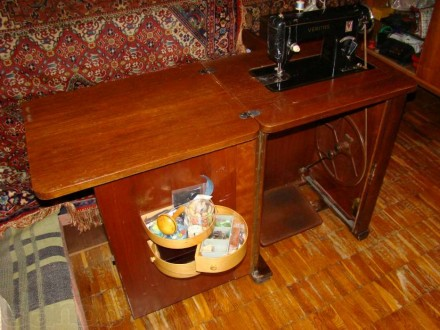 Швейная машинка VERITAS в комплекте со столиком-рабочим местом. Состояние - хор. Киев, Киевская область. фото 3
