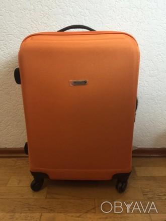 Яркий оранжевый пластмассовый чемодан обтянутый тканью с расширением в 5 см. Мат. Киев, Киевская область. фото 1
