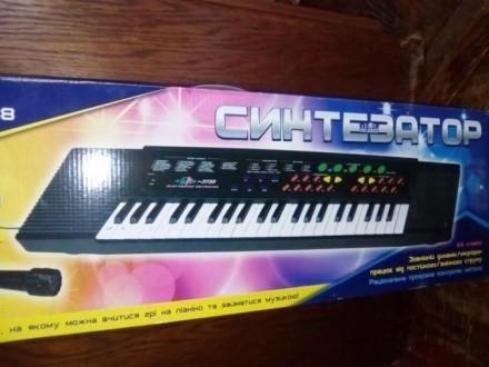 Подарок. Детский синтезатор с микрофоном.ДЕШЕВО.Длина - 74см.. Каменец-Подольский. фото 1